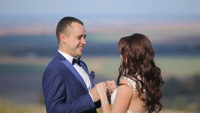 Huwelijkspaar het lopen stock videobeelden