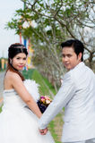 Huwelijkspaar in het park Royalty-vrije Stock Afbeeldingen