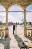 Huwelijkspaar het stellen samen op overspannen terras van antiquiteit geruïneerd paleis stock afbeeldingen