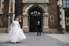 Huwelijkspaar het stellen in stad stock foto