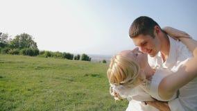 Huwelijkspaar in liefde die dichtbij het kasteel wervelen stock video