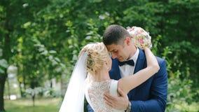 Huwelijkspaar in liefde het kussen op de steeg in het park stock video