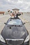 Huwelijkspaar in Limousineschuifdak Royalty-vrije Stock Afbeeldingen