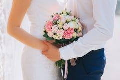 huwelijkspaar met bos van bloemen stock foto