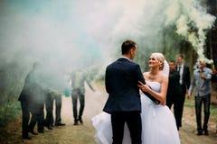 Huwelijkspaar met kleurenrook in het de zomerpark Royalty-vrije Stock Fotografie