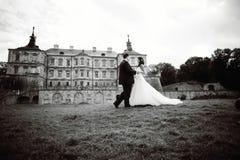 Huwelijkspaar naast kasteel in de West-Oekraïne Stock Afbeeldingen