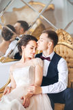Huwelijkspaar op de studio De dag van het huwelijk Gelukkige jonge bruid en bruidegom op hun huwelijksdag Huwelijkspaar - nieuwe  stock afbeeldingen
