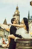 huwelijkspaar op houten vat dichtbij kasteel stock foto
