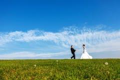 Huwelijkspaar in openlucht op blauwe hemelachtergrond stock afbeelding