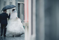 Huwelijkspaar in regen Stock Fotografie