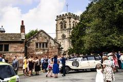 Huwelijkspartij bij Onder- Alderley-Parochiekerk in Cheshire Stock Afbeelding