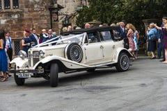 Huwelijkspartij bij Onder- Alderley-Parochiekerk in Cheshire Royalty-vrije Stock Foto's