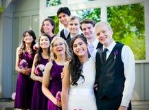 Huwelijkspartij die zich in openlucht met bruid en bruidegom bevinden stock afbeeldingen