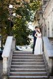 Huwelijksphotosession van bruid en bruidegom Stock Afbeeldingen