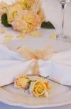 Huwelijksplaats die met rozen plaatsen Stock Afbeeldingen