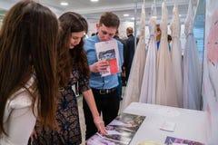 Huwelijksruzie een tentoonstelling in Kirov Rusland stock afbeelding