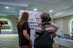 Huwelijksruzie een tentoonstelling in Kirov Rusland stock afbeeldingen