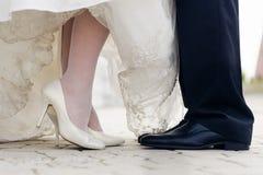 Huwelijksschoenen in een bevindende bruid en een bruidegom Royalty-vrije Stock Fotografie