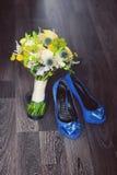Huwelijksschoenen en boeket op een donkere achtergrond Royalty-vrije Stock Foto