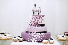 Huwelijkssnoepjes, bosbessencake Stock Foto