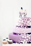 Huwelijkssnoepjes, bosbessencake Stock Foto's