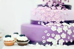 Huwelijkssnoepjes, bosbessencake Stock Fotografie