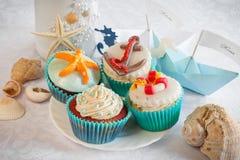 Huwelijksstilleven - cupcakes, document boten en wijn Stock Fotografie