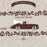 Huwelijksuitnodiging, de bruid en de bruidegom in auto Stock Foto's