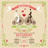 Huwelijksuitnodiging met Bruid, bruidegom, retro fiets, bloemenkader Stock Afbeelding