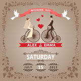 Huwelijksuitnodiging met Bruid, bruidegom, retro fiets, bloemenkader Royalty-vrije Stock Fotografie