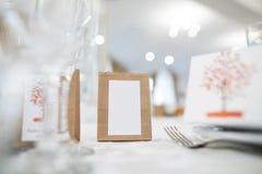 Huwelijksuitnodiging met model op ceremonielijst stock foto