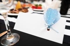 Huwelijksuitnodiging met model op ceremonielijst stock fotografie