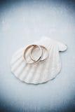Huwelijksuitnodiging met ringen en zeeschelp Royalty-vrije Stock Afbeelding