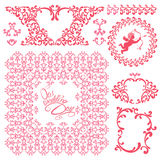 Huwelijksuitnodiging met roze bloemenelementen, kaders, grens wordt geplaatst die Stock Foto