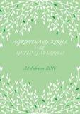 Huwelijksuitnodiging met witte bladeren op een groene achtergrond Royalty-vrije Stock Foto's