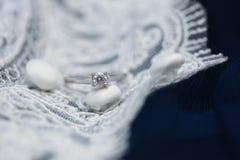 Huwelijksverlovingsring met diamanthalfedelsteen royalty-vrije stock fotografie