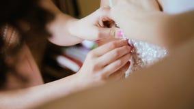 Huwelijksvoorbereiding, huwelijkstoga die door bruidsmeisje worden verbonden stock footage