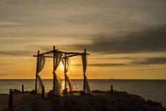 Huwelijkszonsondergang bij het strand Stock Fotografie