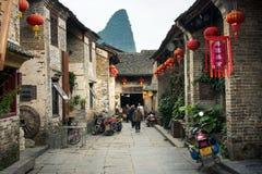HUZHOU, CHINA - 2 DE MAYO DE 2017: Residentes de Huang Yao Ancient Town Fotos de archivo libres de regalías