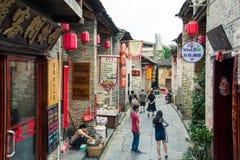 HUZHOU KINA - MAJ 2, 2017: Turister som går i Huang Yao A Arkivfoto