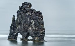 HvÃtserkur, roche de Troll, le jour nuageux de l'Islande Photographie stock libre de droits