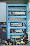 HVAC系统的被打开的低压控制箱在商业透气屋子的墙壁上 免版税库存图片
