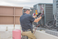 HVAC technika Sprawdza kondensator Fotografia Stock