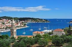 Hvar, Croatie, regardant à l'extérieur à la mer Image libre de droits