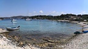 Hvar, Dalmatië/Kroatië; 06/05/2018: een panorama van het Mlini-strand in de zomer stock foto