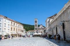 Hvar den huvudsakliga fyrkanten och renässansdomkyrkan Arkivbild