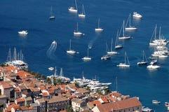 Hvar et sa marine avec des yachts Photo stock