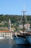 Hvar et sa marine avec l'expédier-Croatie de touristes Image libre de droits