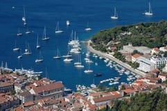 Hvar et son port avec des yachts Images stock