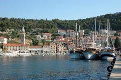 Hvar et son port avec l'expédier-Croatie de touristes Photographie stock
